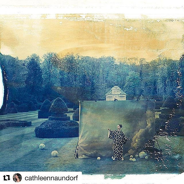 Superb to my eye, always thrilling to observe large paintings / backdrops outdoors in mystifying environment, bravo @cathleennaundorf for your vision / craft , I take my  off to you !! #artistsoninstagram #charlesbroderson , #Repost @cathleennaundorf